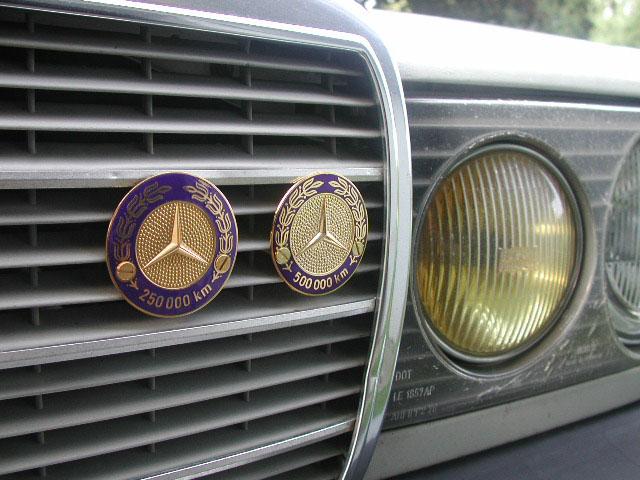 Logos / Badges de calandre pour Mercedes ayant un important kilometrage Mb_240D_1982_grille_badges_14sep2004